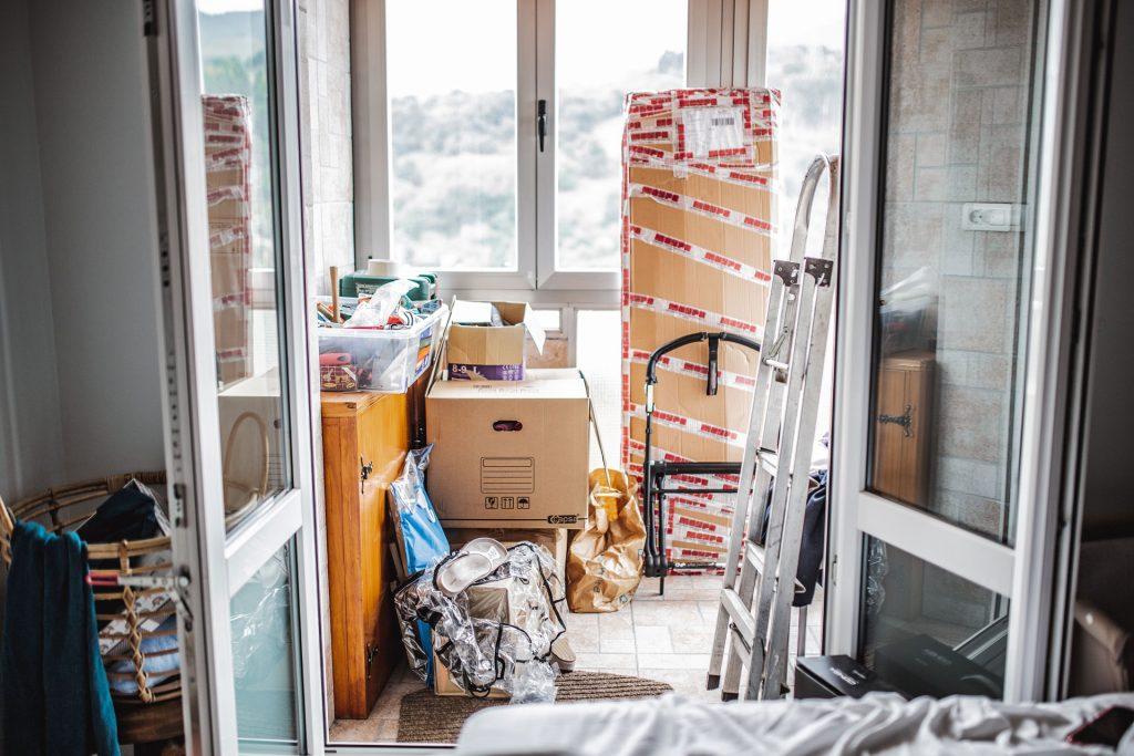 Habitación con cajas para una mudanza